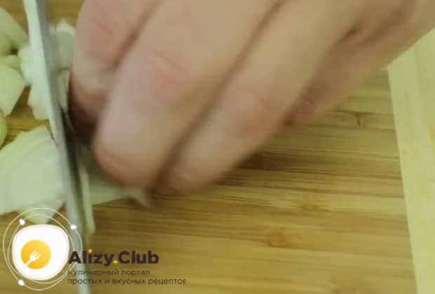 Для приготовления чахохбили из курицы в мультиварке, нарежьте лук.