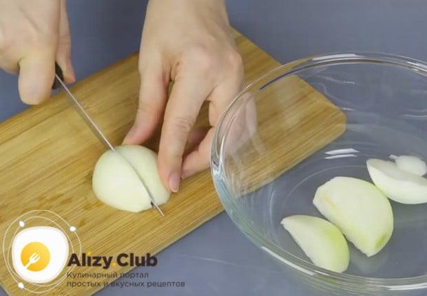 Для приготовления начинки нарезаем крупными кусками лук.