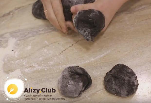 Готовое тесто обминаем и делим на несколько частей соответственно задуманному количеству булочек.