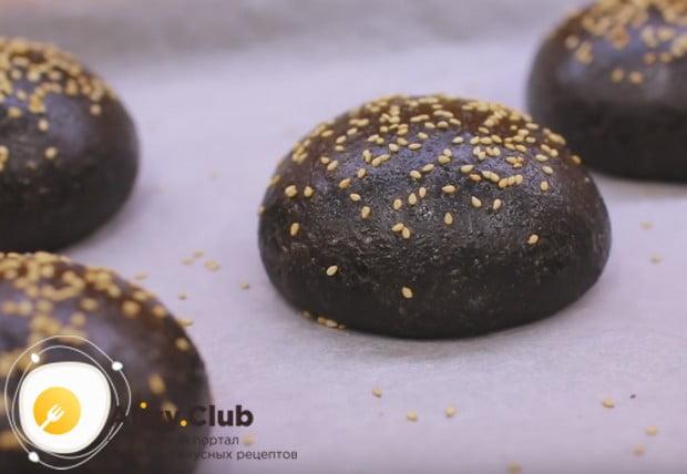 Роскошные черные булочки для бургеров готовы!