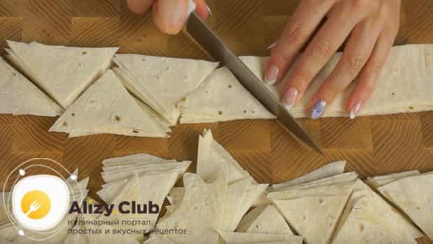 Нарезаем лаваш на треугольники