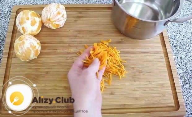 Апельсиновую корку нарезаем тонкой соломкой