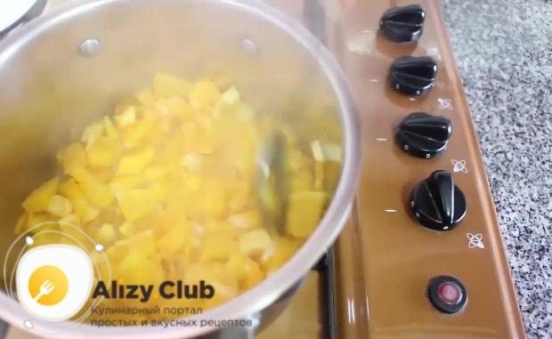 Интенсивно помешивая апельсиновую массу