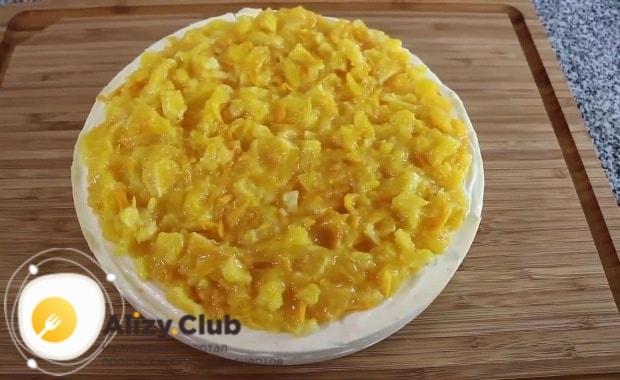 Поверх запеканки равномерно выкладываем апельсиновую смесь