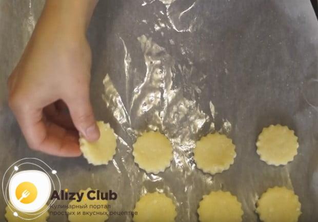 Раскатав тесто, вырезаем из него печенюшки и отправляем их на противень.