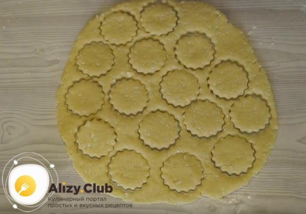 остатки теста собираем в ком, снова раскатываем и формируем печенье.
