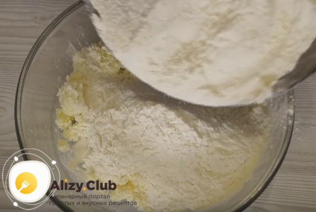 Постепенно вводим муку и замешиваем тесто.