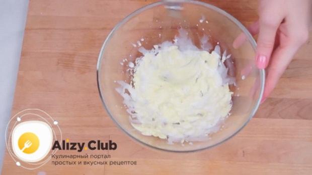 По рецепту для приготовления печенья орео, взбейте ингредиенты для начинки.
