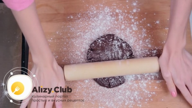 По рецепту для приготовления печенья орео, раскатайте тесто.