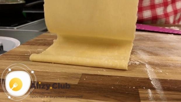 раскатайте в пласты необходимой формы и величины тесто