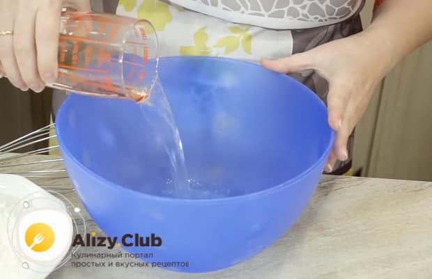 Для приготовления теста для пирожков без яиц налейте воду в миску.