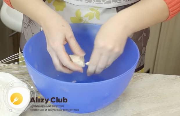Для приготовления теста для пирожков без яиц растворите дрожжи.