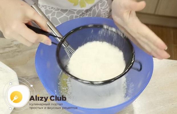 Для приготовления теста для пирожков без яиц просейте муку.