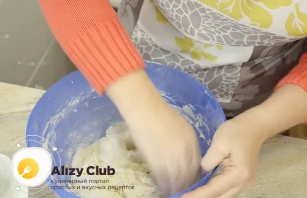 Для приготовления теста для пирожков без яиц замесите тесто.