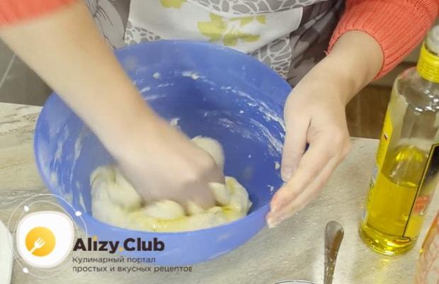 Для приготовления теста для пирожков без яиц добавьте масло