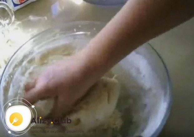 Руками надо хорошо вымесить такое тесто.
