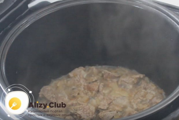 Затем добавляем к луку мясо.