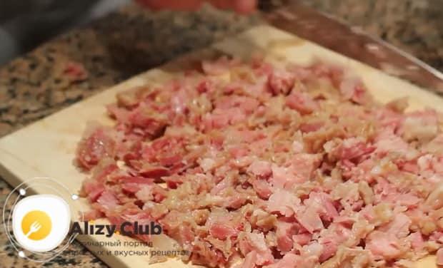 Перед тем как готовить гороховый суп с копченостями, нарежьте ребрышки.