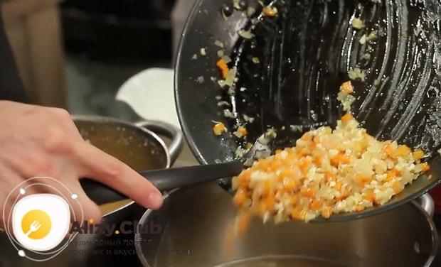 Перед тем как готовить гороховый суп с копченостями, положите зажарку в суп.