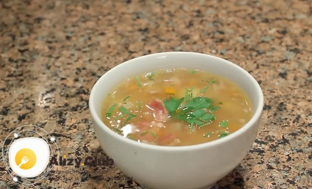 Простой рецепт приготовления горохового супа с копченостями.