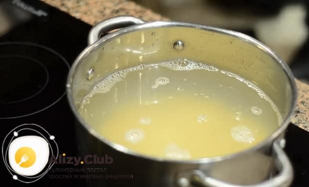 Для приготовления вкусного горохового супа с копченостями отварите картофель.