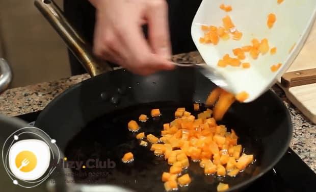Для приготовления вкусного горохового супа с копченостями обжарьте морковь.