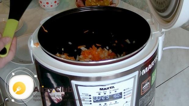 Перед тем как сварить гороховый суп в мультиварке, начистите овощи.