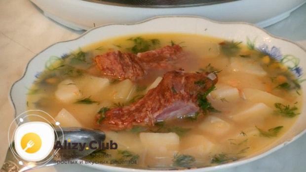Вкуснейший гороховый суп с копчеными ребрышками в мультиварке готов.
