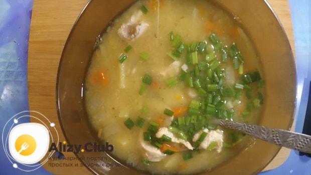 Сытный гороховый суп с курицей в мультиварке готов.