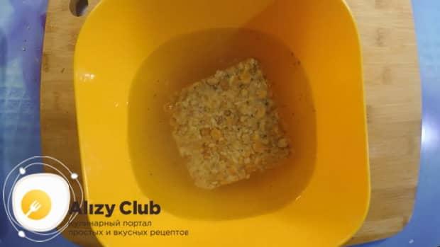 Перед тем как сварить гороховый суп в мультиварке, замочите брикет в воде.