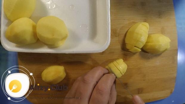Перед тем как сварить гороховый суп в мультиварке, нарежьте картофель.