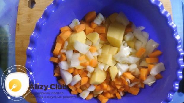 Перед тем как сварить гороховый суп в мультиварке, нарежьте овощи.