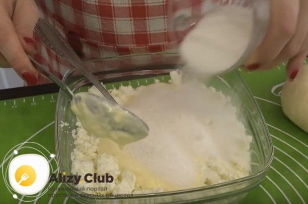 Выливаем сметану к творогу, добавляем ванильный и обычный сахар.