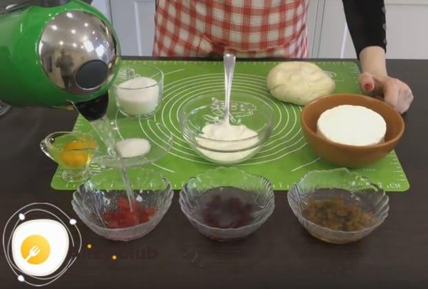 Заливаем кипятком изюм и сухофрукты, которые будем использовать для приготовления наших булочек из слоеного бездрожжевого теста.
