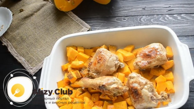 Для приготовления курицы с тыквой запеченной в духовке, выложите все компоненты в форму.