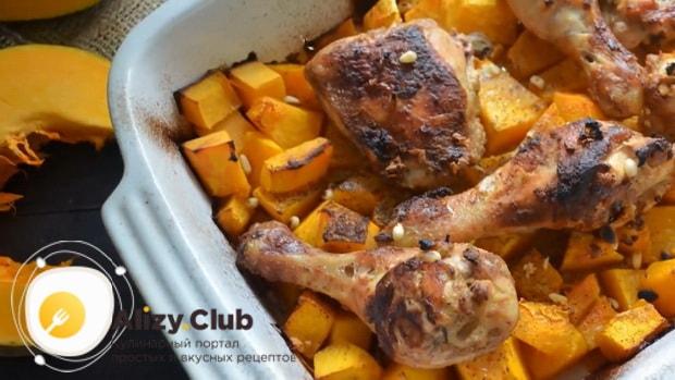 Вкуснейшая курица тушеная с тыквой готова.