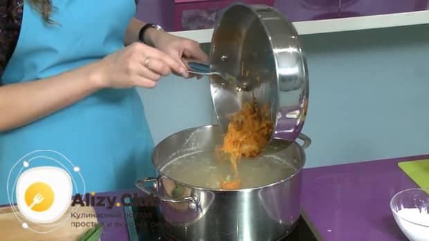 По рецепту, для приготовления ухи по фински со сливками, добавьте зажарку в бульон.