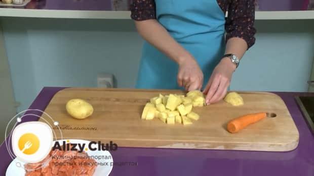 По рецепту, для приготовления ухи по фински со сливками, нарежьте картофель