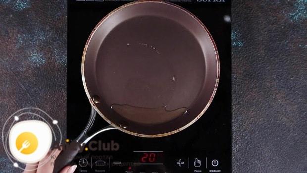Наливаем на сковородку немного масла