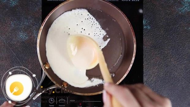 Разогреваем ее и наливаем тесто, поворачивая сковородку по кругу