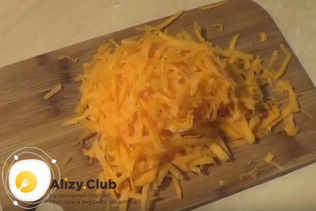 На крупной или средней терке трем морковь.