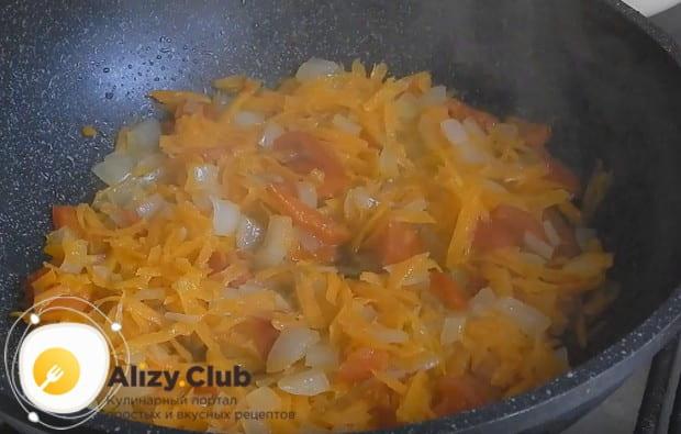 Пропассеровав овощи, добавляем к ним порезанный на кусочки болгарский перец.
