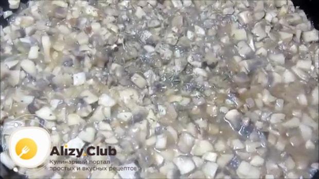 Для приготовления грибного паштета обжарьте грибы.