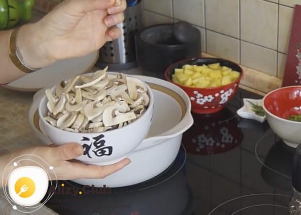 Чтобы приготовить вкусный грибной суп из шампиньонов, нарезаем их тонкими слайсами.