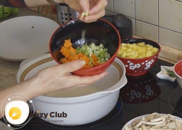 Морковку режем произвольными кусочками, а также мелко нарезаем лук, можно даже зеленый.