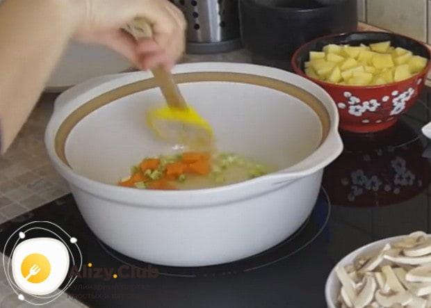 наливаем немного растительного масла в кастрюлю и обжариваем в ней морковь и лук.