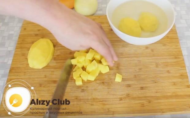 Пока грибы настаиваются в воде, измельчаем картофель.