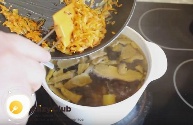Под конец приготовления добавляем в блюдо зажарку.