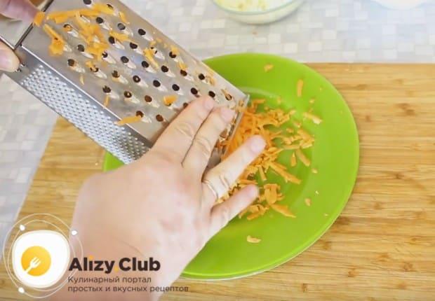 Натираем морковь на крупной или средней терке.