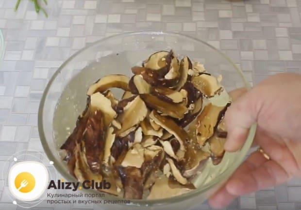 Белые сушеные грибы заливаем водой.